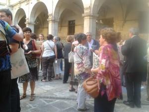 Els assistents durant la pausa-tastet que va tenir lloc al claustre de l´Institut d´Estudis Catalans.