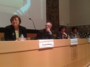 D´esquerra a dreta: Margarida Muset, sòcia fundadora i homenatgeada; Josep González-Agápito, president de la secció de Filosofia i Ciències Socials; membre del CDL; Sara Blasi, sòcia SCP